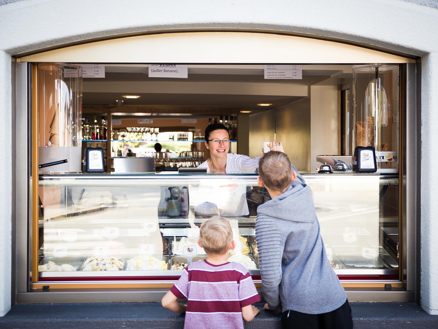 Dario – Eiscafé – Eisausgabe